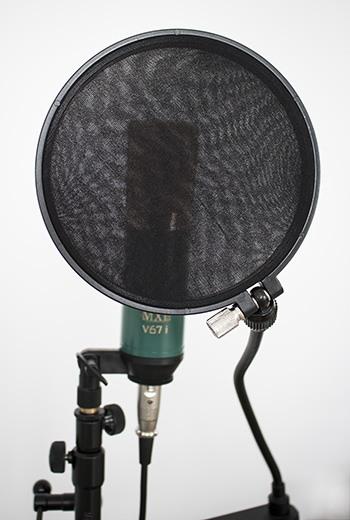 Un filtre antipop devant un microphone statique