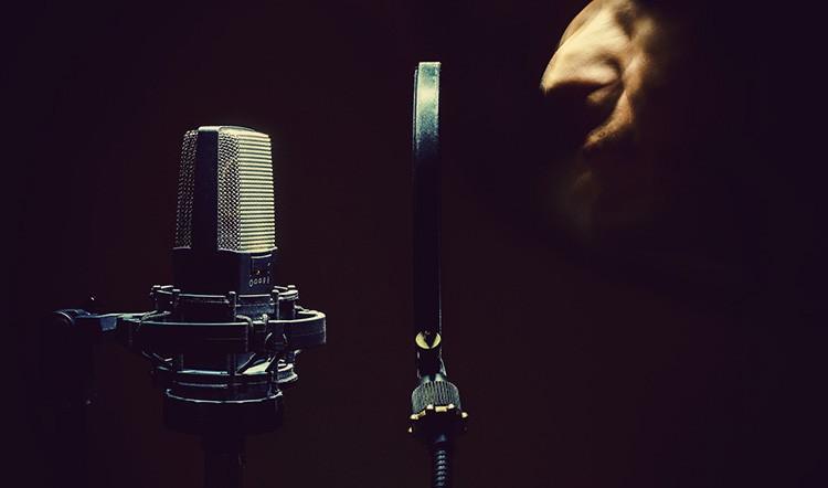 Un chanteur enregistrant avec un microphone