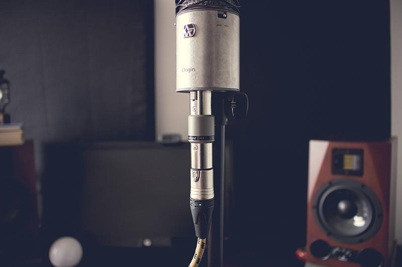 Le FetHead Phantom de TritonAudio branché sur un microphone