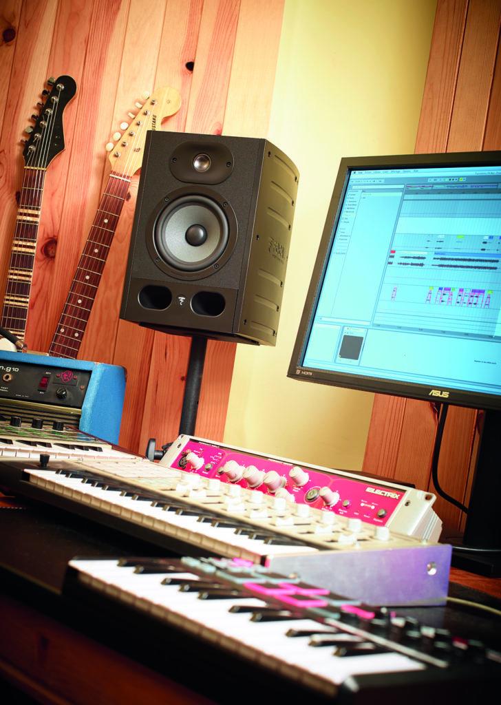 Une enceinte de monitoring dans un home studio
