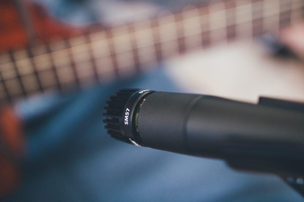 Un microphone dynamique pour enregistrer une guitare acoustique