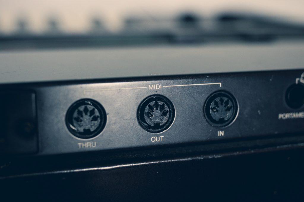 Connectiques MIDI sur un Yamaha DX7