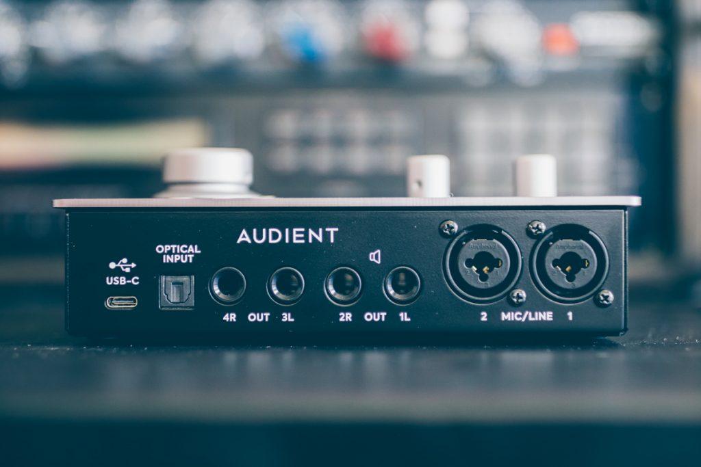 Connectiques à l'arrière de l'interface Audient iD14 mkII